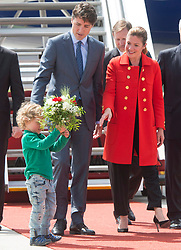 Prime Minister Justin Trudeau his wife Sophie Gregoire give their son Hadrien their bouquet as they arrive for the G20 summit Thursday, July 6, 2017 in Hamburg, Germany.Photo by Ryan Remiorz/Canadian Press/ABACAPRESS.COM
