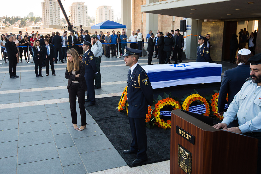 Ayelet Frish, Media consult for the late Israeli President Shimon Peres, cries after paying her respects next to the coffin of Peres at the plaza of the Israeli parliament, the Knesset  in Jerusalem, on September 29, 2016. Peres, former Israeli prime minister and president and died at the age of 93 on September 28.