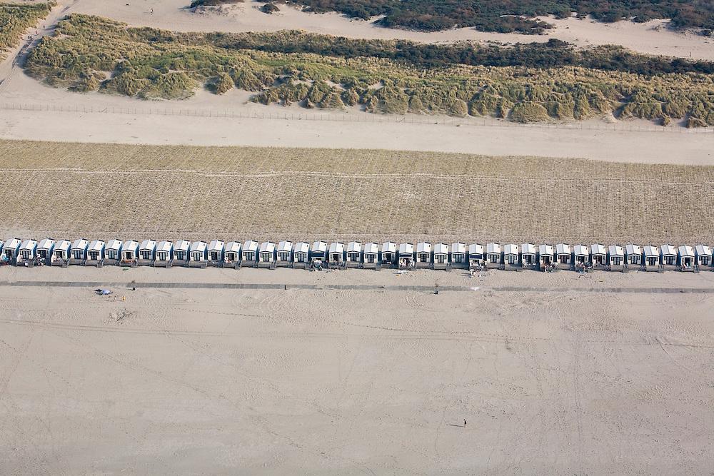 Nederland, Zuid-Holland, Delfland, 19-09-2009; het verbrede strand bij Hoek van Holland na de kustverbetering door middel van zandsuppletie; achter de badhuisjes is helm aangeplant om een nieuwe duinenrij (en duinvallei)   creeren..The widened  beach at Hook of Holland, result of the strengthening of the coast by means of sand-supplementation; behind the small beach houses, marram grass has been planted to make new dunes.luchtfoto (toeslag), aerial photo (additional fee required).foto/photo Siebe Swart