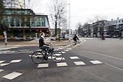 Een meisje rijdt op de fiets door Amsterdam.<br /> <br /> A woman is cycling in Amsterdam.