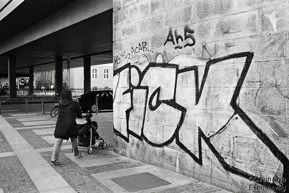 En religiøs kvinne er ute og triller på et barn i Berlin.<br /> <br /> Berlin street photography 2010. Gatefotografi fra Berlin i 2010.<br /> <br /> Foto: Svein Ove Ekornesvåg
