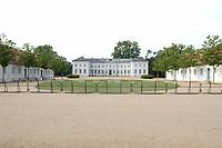 29 JUN 2003, NEUHARDENBERG/GERMANY:<br /> Am Sonntagmorgen sind die gestrigen Positionen an einem Absperrgitter der Journalisten vor dem Schloss verlassen, hinter denen die Presse bereits abgezogen ist, Klausurtagung des Bundeskanbinetts, Schloss Neuhardenberg, Brandenburg<br /> IMAGE: 20030629-01-003<br /> KEYWORDS: Kabinett, Sitzung, Klausur, Kabinettsklausur, Schloß Neuhardenberg