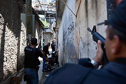 Um policial faz guarda durante a incursão na favela do Morro do Alemão em 28 de novembro de 2010 no Rio de Janeiro, Brasil. Após dias de preparação, forças de segurança do Brasil, lançaram um ataque contra uma favela, onde entre 500 e 600 traficantes de drogas estão escondidos e recusam a se render. Cerca de 2.600 tropas aerotransportadas, marines e membros das unidades de elite da polícia participaram da operação como alvo um grupo de favelas sem lei conhecido como Complexo de Alemão. FOTO: Jefferson Bernardes/Preview.com