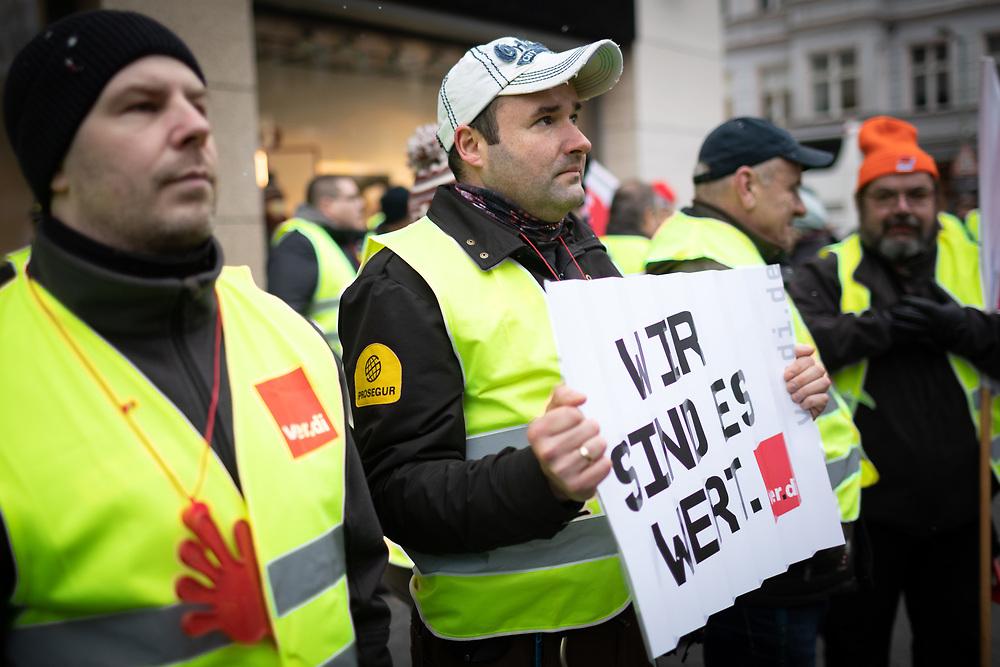Über hundert Fahrer von Geldtransportern protestieren während des Warnstreiks vor der 6. Verhandlungsrunde zwischen der Bundesvereinigung Deutscher Geld- und Wertdienste (BDGW) und ver.di in der Friedrichstrasse in Berlin. Die Gewerkschaft fordert eine Erhöhung des Stundenlohns um 1,50 € bei einer zweijährigen Laufzeit. Demonstrant mit Schild: Wir sind es wert. <br /> <br /> [© Christian Mang - Veroeffentlichung nur gg. Honorar (zzgl. MwSt.), Urhebervermerk und Beleg. Nur für redaktionelle Nutzung - Publication only with licence fee payment, copyright notice and voucher copy. For editorial use only - No model release. No property release. Kontakt: mail@christianmang.com.]