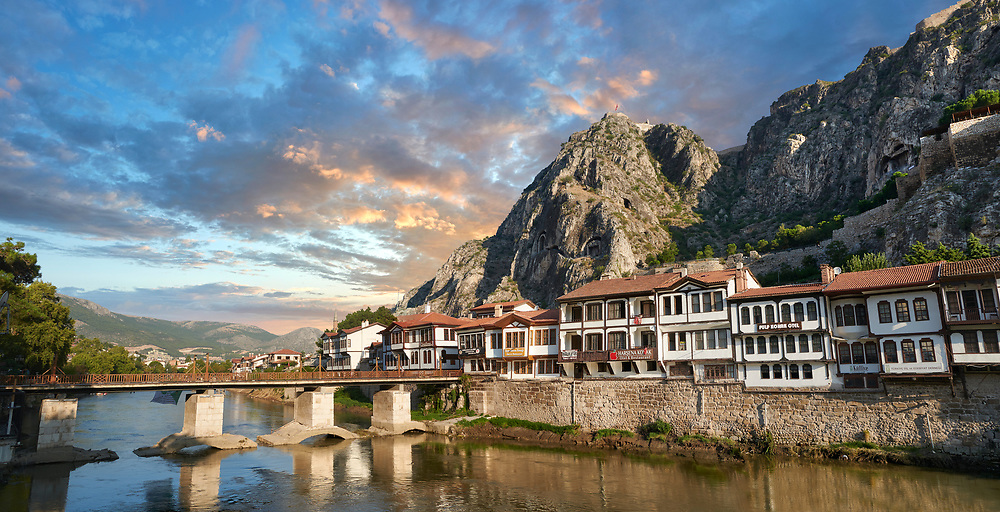 Ottoman villas of Amasya along the banks of the river Yeşilırmak, below the Pontic Royal rock tombs and mountain top ancient citadel at sunset, Turkey .<br /> <br /> If you prefer to buy from our ALAMY PHOTO LIBRARY  Collection visit : https://www.alamy.com/portfolio/paul-williams-funkystock/amasya-turkey.html<br /> <br /> Visit our TURKEY PHOTO COLLECTIONS for more photos to download or buy as wall art prints https://funkystock.photoshelter.com/gallery-collection/3f-Pictures-of-Turkey-Turkey-Photos-Images-Fotos/C0000U.hJWkZxAbg