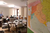 24 MAR 2003, BERLIN/GERMANY:<br /> Irak Karte und Mitarbeiter des Auswaertigen Amtes, Krisenreaktionszentrum, Auswaertiges Amt<br /> IMAGE: 20030324-01-020<br /> KEYWORDS: Krisenstab, Auswärtiges Amt, Lagezentrum