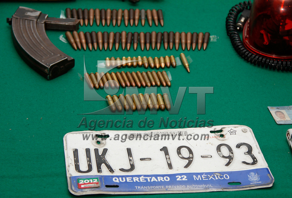 Toluca, México.- La SSC y elementos de la 22 Zona Militar  presentaron a 13 integrantes de un grupo delictivo con origen en Guerrero y que perpetraron el asesinato de jefe de policía de Tenango del Valle, durante su ddetención se les encontraron armas de diversos calibres, cartuchos utiles, teléfonos celulares. Agencia MVT / Crisanta Espinosa