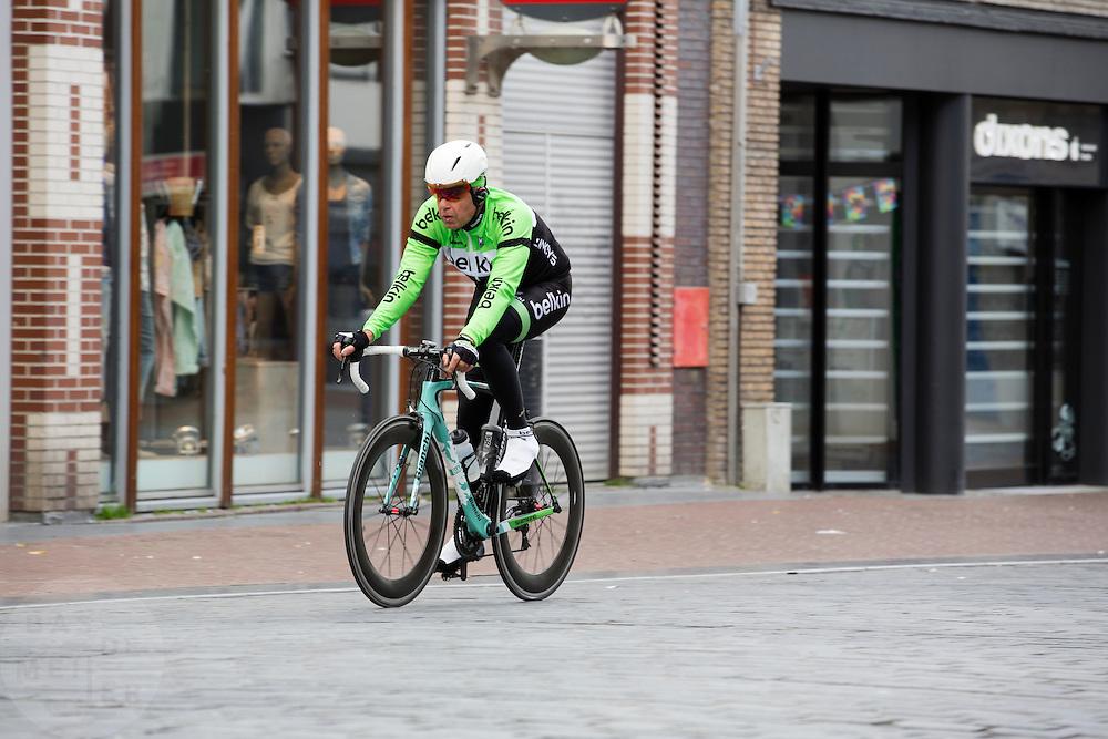 In Nijmegen rijdt een man gekleed in Belkin tenue al puffend op de racefiets over de stenen in de binnenstad.<br /> <br /> In Nijmegen a man dressed as a Belkin team member has a hard time riding his racing bike over the stones in the city center.