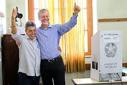 FOTO 004 - O candidato à reeleição pelo PDT em Porto Alegre, José Fortunati acompanhado do seu vice, Sebastião Melo durante a votação na primeira zona eleitoral, seção 077 do colégio Paula Soares. FOTO: Jefferson Bernardes / Preview.com, DIVULGAÇÃO