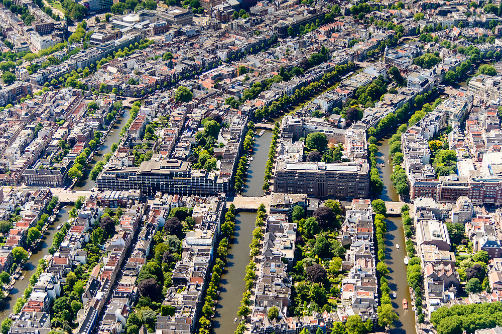 Nederland, Noord-Holland, Amsterdam, 29-06-2018; binnenstad met Stadsarchief aan de Vijzelstraat overgaand in Vijzelgracht (links). Grachtengordel met vlnr Prinsengracht, Keizersgracht en Herengracht. Gouden bocht.<br /> <br /> View of the old town, w belt of canals.<br /> luchtfoto (toeslag op standard tarieven);<br /> aerial photo (additional fee required);<br /> copyright foto/photo Siebe Swart
