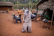 Frédéric, ivre, danse à la tombée de la nuit dans la commune de Nzako, en bordure de la réserve de Chinko. Dans le désarroi, les populations autour de la réserve s'en remettent souvent aux activités minières, à la chasse et à l'alcool.