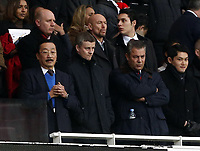 Fotball<br /> England<br /> 01.01.2014<br /> Foto: imago/Digitalsport<br /> NORWAY ONLY<br /> <br /> Cardiff s owner Vincent Tan wearing a blue jumper for the first time this season with possible new manager Ole Gunnar Solskjær look on from the stands Arsenal vs Cardiff - Premier League - Emirates Stadium- London - England - 01/01/2014<br /> I bakgrunnen MFK sin assistenttrener Mark Dempsey og keepertrener Richard Hartis