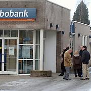 Lange rij voor de pinautomaat Rabobank huizen ivm omschakeling naar de euro
