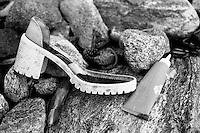 En sko og ei tube skylt på land i fjøresteinene.<br /> Foto: Svein Ove Ekornesvåg