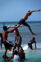 Belize. Cayo Caulke. <br /> Niños jugando en la playa de Cayo Caulker.<br /> <br /> © JOAN COSTA