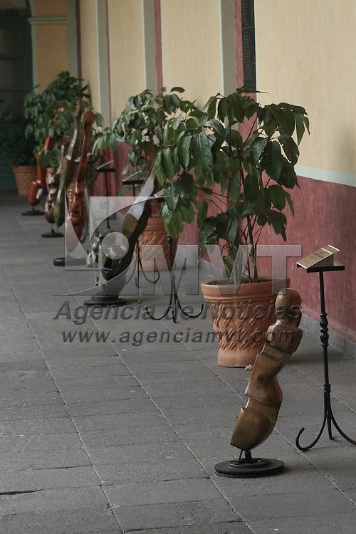 Toluca, México.- Parte de la obra del artista mexiquense Fernando Cano se encuentra expuesta en los pasillos del edificio de rectoría de la UAEM, en donde se presentan esculturas de hierro forjado y madera, que forman parte del acervo universitario. Agencia MVT / José Hernández