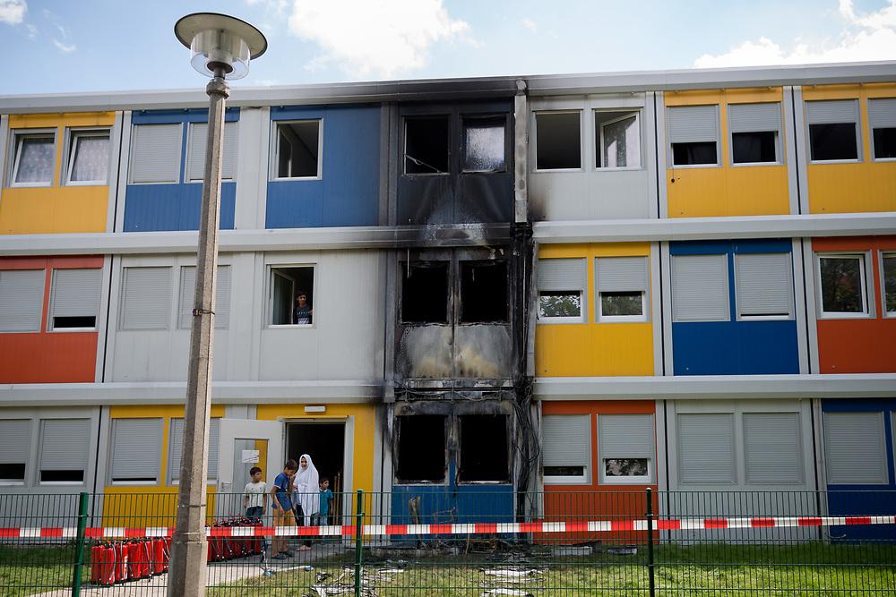 Mutmasslicher Brandanschlag auf Flüchtlings-Containerheim in Berlin Buch. Gegen 3.10 Uhr brach das Feuer an der Unterkunft in der Groscurthstraße aus und griff auf zwei Wohncontainer über. Sechs Bewohner erlitten leichte Rauchgasvergiftungen und mussten von Rettungskräften der Feuerwehr behandelt werden. Laut Polizei wird von einer vorsätzlichen Brandstiftung ausgegangen. Die Hintergründe der Tat sind bisher ungeklärt. Der Polizeiliche Staatsschutz des Landeskriminalamtes hat die Ermittlungen übernommen. <br /> <br /> [© Christian Mang - Veroeffentlichung nur gg. Honorar (zzgl. MwSt.), Urhebervermerk und Beleg. Nur für redaktionelle Nutzung - Publication only with licence fee payment, copyright notice and voucher copy. For editorial use only - No model release. No property release. Kontakt: mail@christianmang.com.]