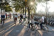 Spitsdrukte met fietsers bij het Smakkelaarsveld in Utrecht, vlak in de buurt van het station. Rechts staat een grote fietsenstalling.<br /> <br /> Cyclists near the station of Utrecht
