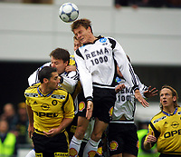 Football, Tippeligaen 1. oktober 2001 Lillestrøm-Rosenborg 1-2.. Frode Johnsen (t.h.) i duell med  Clayton Zane, Lillestrøm.