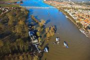 Nederland, Overijssel, Deventer, 20-01-2011. Zicht op het buitendijks en aan de IJssel gelegen park De Worp. Het Worpplantsoen is onderdeel van de stadswijk De Hoven. Het in het park gelegen IJsselhotel is door het hoogwater alleen nog per boot en brug te bereiken. Rechts in beeld Deventer centrum..Het in het park gelegen IJsselhotel (Rijksmonument) is door het hoogwater alleen nog per boot te bereiken..View on the flooded park De Worp. The hotel (IJsselhotel) in the park can only be reached by boat, due to the high waters of the river IJssel. ..luchtfoto (toeslag), aerial photo (additional fee required).copyright foto/photo Siebe Swart