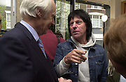 Sir George Martin and Jeff beck. The Craft of the Luthier. An exhibition of British handmade guitars. Linley. 25 April 2001. © Copyright Photograph by Dafydd Jones 66 Stockwell Park Rd. London SW9 0DA Tel 020 7733 0108 www.dafjones.com