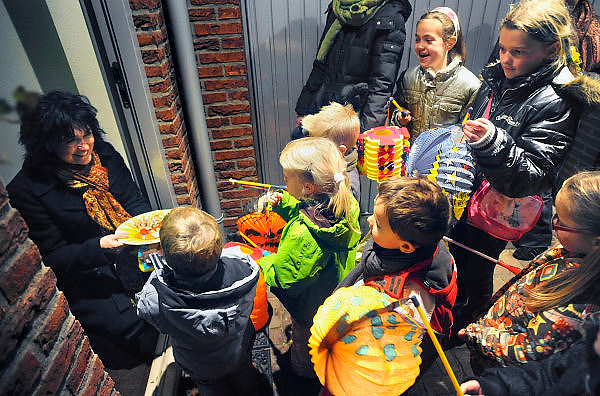 Nederland, Oosterhout, 11-11-2008St. Maarten. Kinderen gaan met lampionnen langs de deur om liedjes te zingen snoep te krijgen. Een katholieke traditie. Maarten, Martinus, was een van oorsprong hongaarse ridder en weldoener. Children with Chinese lanterns sing songs to collect candy. It's a Katholic tradition to do this on the day of Saint Maarten.Foto: Flip Franssen/Hollandse Hoogte