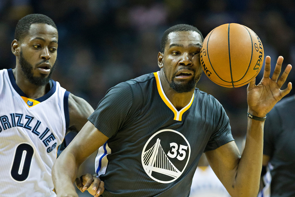 MEMPHIS, TN - DECEMBER 10:  Kevin Durant #35 of the Golden State Warriors mishandles his dribble during a game against the Memphis Grizzlies at the FedExForum on December 10, 2016 in Memphis, Tennessee.  The Grizzlies defeated the Warriors 110-89.  NOTE TO USER: User expressly acknowledges and agrees that, by downloading and or using this photograph, User is consenting to the terms and conditions of the Getty Images License Agreement.  (Photo by Wesley Hitt/Getty Images) *** Local Caption *** Kevin Durant
