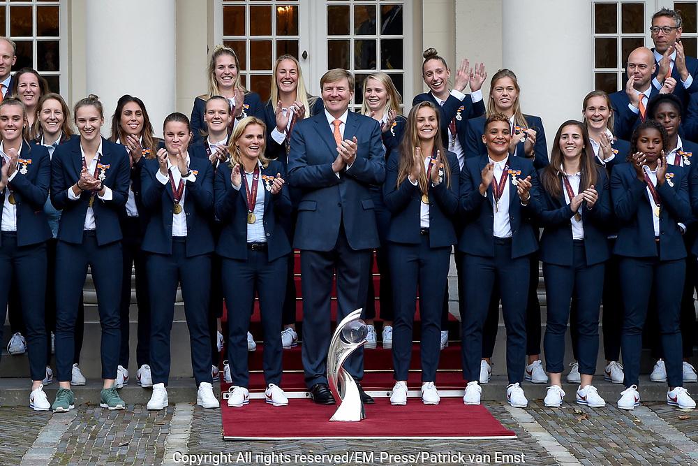 Koning Willem-Alexander ontvangt op Paleis Noordeinde de dames van het Nederlands team vrouwenvoetbal.<br /> <br /> King Willem-Alexander receives the ladies of the Dutch team women's football at Noordeinde Palace.