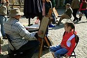 Kazimierz Dolny, 2007-05-02. Uliczny malarz-portrecista na rynku w Kazimierzu Dolnym