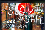 Nederland, Nijmegen, 20-10-2020  Cafes en restaurants zijn vanwege de aangescherpte coronamaatrgelen een paar weken gesloten . Personeel wenst iedereen een veilig leven toe . Op de ruit can cafe de Opera is door het team de tekst Stay Safe geschilderd .Foto: ANP/ Hollandse Hoogte/ Flip Franssen