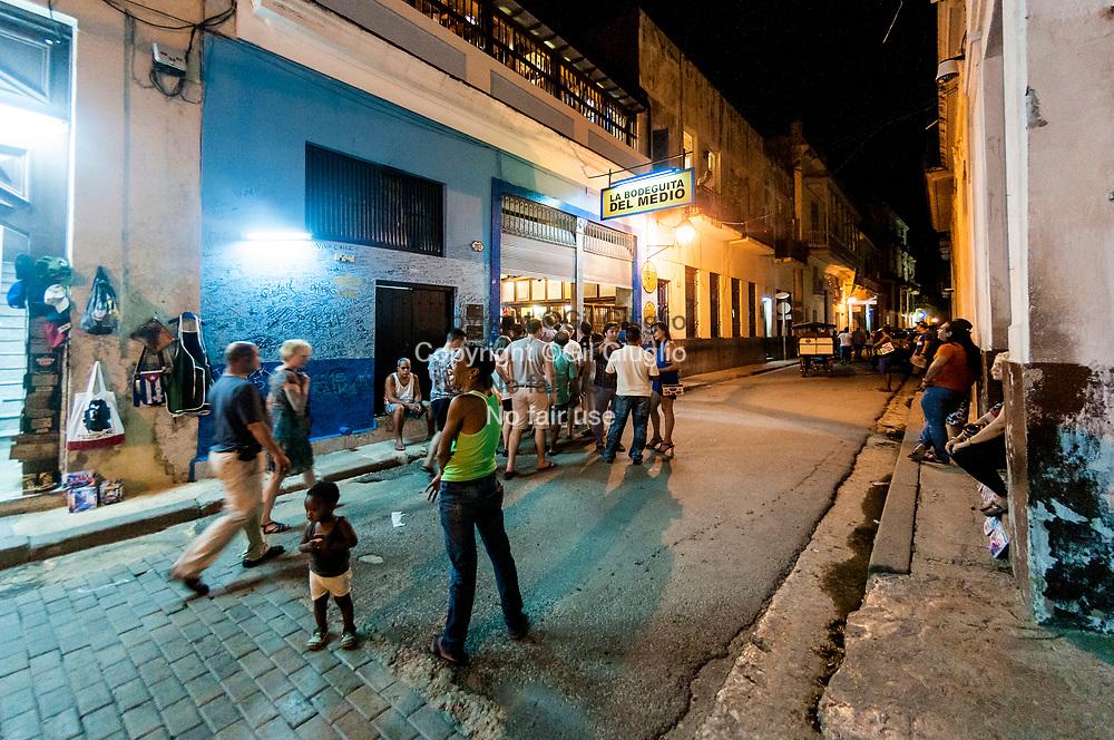 Cuba, La Havane, vieille-ville Habana Vieja, en soirée devant La Bodeguita del Medio, bar fréquenté par Ernest Hemingway // Cuba, Havana, old town, Habana Vieja, night time in front of La Bodeguita del Medio, a bar used by E.Hemingway bar