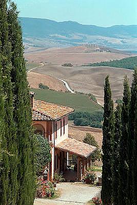 Italië, Toscane, 8-8-2000..Landschap met woonhuis en cypressen, cipres. Typisch toscane...Toerisme, vakantie, tweede huis, wonen in buitenland, buitenhuis..Foto: Flip Franssen