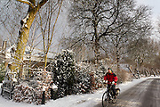 Een fietser rijdt door een besneeuwd landschap bij de Vechtdijk in Utrecht.<br /> <br /> A man is cycling in a snowy landscape in Utrecht.