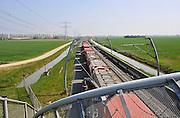 Nederland, Bemmel, 15-4-2011Een goederentrein rijdt over de betuweroute.De treinen moeten in Duitsland op het bestaande spoor, waardoor vertraging ontstaat.Foto: Flip Franssen/Hollandse Hoogte