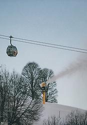 THEMENBILD - Gondeln des Schattberg XPress, eine Schneekanone die Kunstschnee produziert und Bäume auf einer Skipiste aufgenommen am 21. Jänner 2020 in Saalbach Hinterglemm, Oesterreich // Gondolas of the Schattberg XPress, a snow cannon that produces artificial snow and trees on a ski slope in Saalbach Hinterglemm, Austria on 2020/01/21d. EXPA Pictures © 2020, PhotoCredit: EXPA/Stefanie Oberhauser