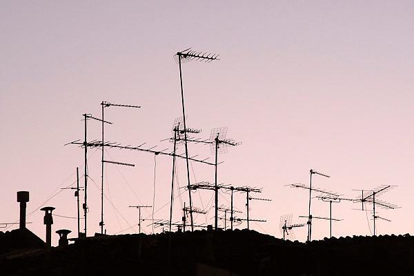 Spanje, Aragon, 11-2-2005..Antennes vooe tv op de daken van huizen in een dorp in de vallei van de rivier de Ebro. De regio, streek is arm en leidt aan leegloop. De streek ligt geisoleerd en is dunbevolkt...Foto: Flip Franssen