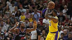 November 19, 2018 - Miami, FL, USA - El astro de los Lakers LeBron James (der.) tira al aro ante la marca de Justise Winslow, del Heat, en el primer cuarto del partido celebrado el domingo 18 de noviembre de 2018 en Miami. (Credit Image: © David Santiago/Miami Herald/TNS via ZUMA Wire)