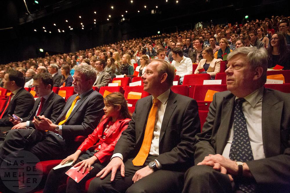 Minister Opstelten (rechts) zit naast SGP-leider Kees van der Staaij. In Utrecht wordt de SGP Jongerendag gehouden. Tijdens de jongerendag wordt dit jaar het thema veiligheid behandeld. De SGP heeft de grootste politieke jongerenpartij van Nederland.