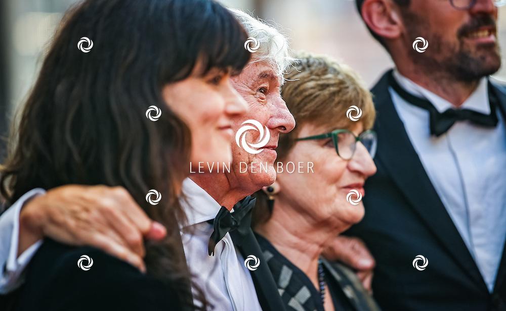 AMSTERDAM - De Nederlandse premiere van Elle, de nieuwste film van regisseur Paul Verhoeven. Met hier Paul Verhoeven met zijn vrouw Martine, dochter Claudia en schoonzoon op de rode loper. FOTO LEVIN & PAULA PHOTOGRAPHY