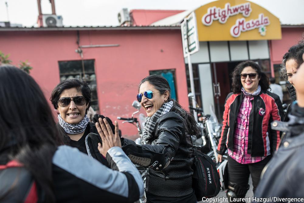 Mars 2019. Inde. New delhi. Les Bikerni, premier club de motocyclisme féminin indien, embarquent chaque week-end pour des chevauchées sur des deux-roues mythiques à l'assaut des routes du pays. Au-delà des sensations fortes, les motardes revendiquent leur droit à l'aventure, à l'insouciance et à l'autonomie. Un vrai défi dans une société patriarcale qui entrave encore leurs libertés. Les membres du club se retrouvent le WE pour des rides en dehors de la ville où elles font des traversées parfois de plusieurs centaines de km. Pause déjeuner au Highway Masala, un restaurant d'autoroute.
