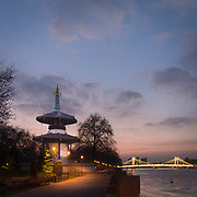 Tempio bhuddista a Battersea Park, sullo sfondo Albert Bridge.<br /> <br /> Buddhist temple in Battersea Park, on the background Albert Bridge.