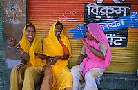 Inde. Rajasthan. Femmes dans le bazar de Jodhpur. // India. Rajasthan. Jodhpur. Womans at the bazar.