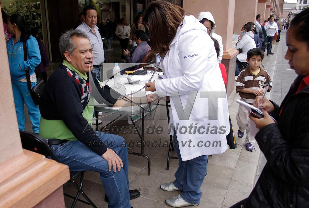 Toluca, México.- Jóvenes realizaron una jornada de salud en favor de los mexiquenses en el andador Constitución de los Portales de Toluca, platicas, chequeo de presión, paquetes de condones, fueron algunas de los servicios que se ofrecieron. Agencia MVT / Arturo Hernández S.