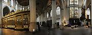 De Nieuwe Kerk is een kerkgebouw in Amsterdam. De kerk is gelegen aan de Dam, naast het Paleis op de Dam.De Nieuwe Kerk wordt, sinds soeverein-vorst Willem in 1814 in deze kerk de eed op de grondwet aflegde, ook gebruikt voor de inzegening van koninklijke huwelijken en voor inhuldigingen. De inhuldiging van Koningin Beatrix vond er plaats op 30 april 1980. Op dezelfde datum in 2013 zal de inhuldiging van haar zoon en opvolger Willem-Alexander ook daar plaatsvinden.<br /> <br /> The New Church is a church building in Amsterdam. The church is located on Dam Square, next to the Palace on the Dam.De New Church in this church in 1814, since sovereign-prince Willem laid aside the oath to the Constitution, also used for the blessing of royal weddings and inaugurations. The inauguration of Queen Beatrix took place on April 30, 1980. On the same date in 2013, the inauguration of her son and heir Willem-Alexander will also take place there.<br /> <br /> Op de foto / On the photo: Koorhek (links) en rechts hoofdingang waardoor toekomstig Koning Willem Alexander en Koningin Maxima door binnen komen<br /> <br /> Choir screen (left) and right main entrance which future King Willem Alexander and Queen Maxima will enter