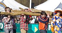 BLOEMENDAAL - Voor de wedstrijd Bloemendaal-Amsterdam . Als steun aan Teun de Nooijer wordt er een afgezaagde  boom het veld opgedragen door supporters ( Bloomigans)van Bloemendaal. FOTO KOEN SUYK