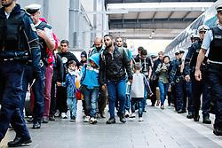 03.09.2015, Hauptbahnhof, Muenchen, GER, Ankunft von Fluechtlingen in Muenchen, im Bild Die Bundespolizei begleitet Fluechtlinge aus dem Zug aus Budapest-Keleti zur Erstaufnahmestation. // Immigrants from the Middle Eastern countries and Africa arrived Railway station in Munich, Germany on 2015/09/03. EXPA Pictures © 2015, PhotoCredit: EXPA/ Eibner-Pressefoto/ Gehrling<br /> <br /> *****ATTENTION - OUT of GER*****