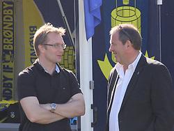 FODBOLD: Direktør Ole Palmå (Brøndby IF) i snak med formand Finn Moseholm (Elite 3000 Helsingør) inden opvisningskampen mellem Elite 3000 Helsingør og Brøndby IF den 16. juni 2010 på Helsingør Stadion. Foto: Claus Birch