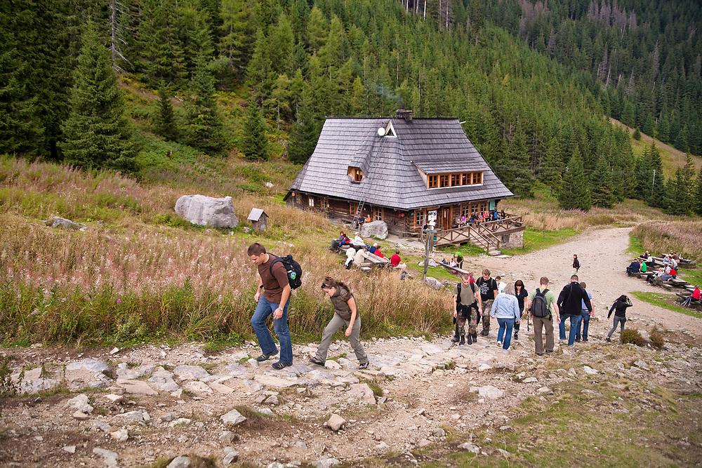 Turyści przy schronisku na Hali Kondratowej