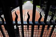 Groot onderhoud en renovatie Paleis Huis ten Bosch. Het Rijksvastgoedbedrijf treft voorbereidingen voor groot onderhoud en renovatie van Paleis Huis ten Bosch in Den Haag. Het gaat vooral om het aanpassen van zeer verouderde technische installaties (elektra, water, brandveiligheid), het verbeteren van de beveiliging en het verwijderen van asbest en houtrot. Ook is renovatie van gevels, daken en binnenwerk nodig. Het werk zal starten in 2015 en zal tot in 2017 duren. De uitgaven bedragen circa 35 miljoen euro.<br /> <br /> <br /> Major maintenance and refurbishment Palace Huis ten Bosch. The Empire Realty Company prepares for major maintenance and refurbishment of Huis ten Bosch Palace in The Hague. It mainly involves adjusting very outdated technical installations (electricity, water, fire), improving security and removing asbestos and wood rot. Also renovation of facades, roofs and interior needs. The work will start in 2015 and will last until 2017. The expenses amount to approximately 35 million euros.