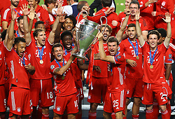 LISBON, PORTUGAL - Sunday, August 23, 2020: FC Bayern Munich's Philippe Coutinho Correia (L) and Thomas Müller (R) lift the European Cup trophy as Bayern win it for the sixth time after the UEFA Champions League Final between FC Bayern Munich and Paris Saint-Germain at the Estadio do Sport Lisboa e Benfica. FC Bayern Munich won 1-0. (Credit: ©UEFA)